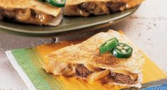 Philly Cheesesteak Quesadillas Nine out of ten armchair quarterbacks agree! These savory, meaty snacks are delicious and sure to save your big game party.no matter who wins! Mexican Food Recipes, Beef Recipes, Cooking Recipes, Mexican Dishes, Easy Recipes, Think Food, I Love Food, Quick Quesadilla Recipe, Steak Quesadilla