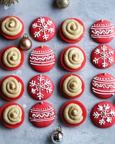 Day Cranberry Macaron Ornaments with a Gingerbread Buttercream Icing Christmas Desserts, Christmas Treats, Christmas Baking, Christmas Cookies, Macarons Christmas, Macaron Cookies, Macaron Recipe, Buttercream Icing, Cookie Recipes