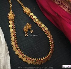 Simple Coin Haram From Tvameva ~ South India Jewels Gold Necklace Simple, Gold Jewelry Simple, Gold Wedding Jewelry, Bridal Jewelry, Necklace Set, Gold Bangles Design, Gold Jewellery Design, Light Weight Gold Jewellery, India Jewelry