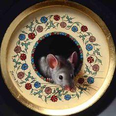 """Medieval flowers for this little mouse. Oil and ink, 4"""" diameter, sold. Des Fleurs médiévales pour cette petite souris. Huile et encre, 10cm de diamètre, vendue."""