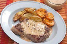 Looi daai stukkie steak Ek moet nog die mens teëkom wat nie van 'n lekker pepersous oor 'n stuk steak hou nie. Hierdie is 'n maklike, lekker resep wat jy in japtrap aanmekaar kan slaan. Genoeg vir 4-6 mense: 1 x 380 g-blik Idealmelk 1 eetlepel mielieblom, gemeng met ½ koppie van die Idealmelk 2…