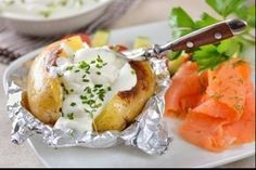 Picture a steaming hot, dark golden browned skin of a nicely baked potato, especially when the frost starts knocking on your door… The versatile jacket potato is perfect to accompany you through these wintery weather. Weight Watchers Salad, Plats Weight Watchers, Weigh Watchers, Diet Recipes, Healthy Recipes, Creamed Potatoes, How To Cook Potatoes, Evening Meals, Couscous