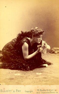 Elizabeth Robins as Hedda Gabler
