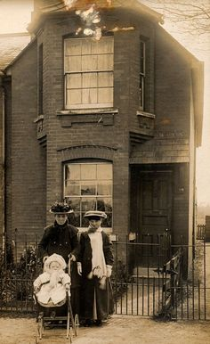 99 Interesting Found Photos Capture People Outside Their Houses From Between 1900s and 1910s