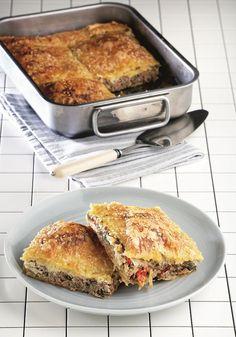 Πλούσια σε γεύση αυτή η πίτα, συνδυάζει τέλεια το κρέας με τα λαχανικά και είναι μια πρώτης τάξης πρόταση για ένα ελαφρύ μεσημεριανό στο σπίτι ή στο γραφείο. Αν τη συνοδεύσετε με μια πράσινη σαλάτα τότε είστε πραγματικά πλήρεις... Cookbook Recipes, Pie Recipes, Whole Food Recipes, Healthy Recipes, Healthy Meals, Recipies, Greek Pita, Cooking Tips, Cooking Recipes