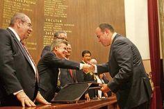 El lic. Loyola recibiendo el reconocimiento de su ex gobernador, el Senador Burgos