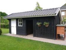 1. Zwarte houten schuur met houtopslag open planken 20m2