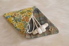 【1時間で作れます】ハギレ布で作る三角小銭入れ♪作り方つき☆ : happy-go-lucky -心地いい暮らしのコツ- Sewing Hacks, Sewing Tutorials, Sewing Projects, Pouch Pattern, Purse Patterns, Handmade Crafts, Diy And Crafts, Diy Coin Purse, Diy Makeup Bag