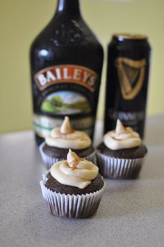 Cupcakes with baileys and Guinness. Perfect for St Paddys Day/guys Mini Desserts, Just Desserts, Delicious Desserts, How To Make Cupcakes, Yummy Cupcakes, Guinness Cupcakes, Yummy Treats, Sweet Treats, Best Dessert Recipes