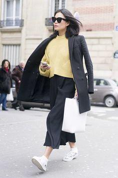 Combine o seu blazer com um suéter e uma saia e seu tênis para arrasar no street style