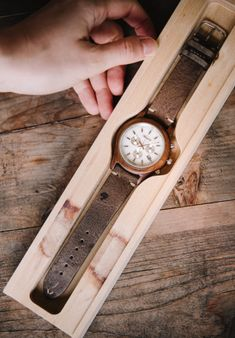 Elegante Herrenuhr mit einem Ziffernblatt aus weißem Sölker Marmor. #servusmarktplatz #madeinaustria #herrenuhr #uhr #marmor Wood Watch, Material, Band, Products, Accessories, Guy Gifts, Marble, Shopping, Wooden Clock
