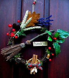 Stylish rural door decorations for Christmas. Yule Crafts, Wiccan Crafts, Holiday Crafts, Holiday Decor, Yule Decorations, Christmas Door Decorations, Christmas Wreaths, Pagan Christmas, Christmas Time