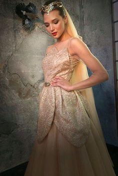 Дизайнеру хотелось, чтобы Элина Камирен выделялась из толпы, поэтому для платья был выбран не белый, а золотистый цвет