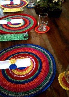 sousplat de croche colorido mesa de madeira