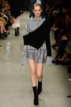 Burberry Spring 2017 Ready-to-Wear Fashion Show - Sunniva Vaatevik London Fashion Week 2018, Fashion 2017, Runway Fashion, High Fashion, Fashion Show, Fashion Trends, Woman Fashion, Burberry Prorsum, Catwalk
