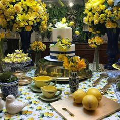 Decor limões 🍋🍋🍋 By @lorenaduquefestas - Italian Party, Lemon Party, Girls Tea Party, Brunch Table, Farmhouse Style Decorating, Bon Appetit, Tablescapes, Table Settings, Table Decorations