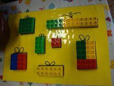 Pakjes van legoblokjes. Idee: geef het blad met de pakjescontouren. Laat dan de kinderen passen en meten om de pakjes precies met LEGO te vullen. AK