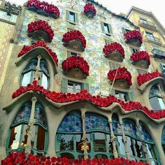 Comparateur de voyages http://www.hotels-live.com : Gaudís architectural jewel Casa Batlló celebrated the festival of Sant Jordi this year with #MésQueUnaRosa an enchating art installation. More than 1000 roses cover the balconies and the gallery forming a vertical garden of s. Inside the Batlló there is a staircase that evokes the vertebrae of an animal giving you the feeling that you are inside a dragons ribcage  #Barcelona #Gaudi #architecture ( @tochostels) Hotels-live.com via…