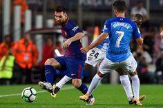 Barcelona's Argentinian forward Lionel Messi challenges Malaga's defender Juan Carlos Perez (R) during the Spanish league football match FC Barcelona vs Malaga CF at the Camp Nou stadium in Barcelona on October 21, 2017. / AFP PHOTO / Josep LAGO