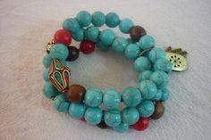 Pulseras elasticas elaboradas con howlitas azules y rojas, madera, hueso y piedras tibetanas.