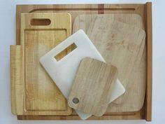 Kesme Tahtalarında Bakteri Ürememesi İçin Ne Yapılmalıdır?  -  Mine Akgün #yemekmutfak.com En çok kullanılan mutfak gereçlerinden olan kesme tahtaları plastik, ahşap, bambu, cam, akrilik gibi çeşitli malzemelerden üretilmektedir. Evlerde genellikle ahşap ve plastikten yapılan kesme tahtaları kullanılmaktadır. Her evin vazgeçilmez mutfak gereçlerinden olan kesme tahtaları dikkat edilmezse bakteri yuvasına dönüşebilmektedir.