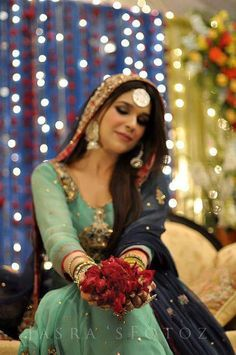 mehndi look: colour combo- turquoise against navy blue + loose hair + dangly earrings Pakistani Formal Dresses, Pakistani Wedding Outfits, Pakistani Bridal, Dulhan Dress, Mehndi Outfit, Bridal Elegance, Desi Clothes, Girls Gallery, Loose Hairstyles