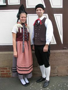 Niederhessische Spitzbetzeltracht | Trachtenland Hessen #Niederhessen European Clothing, Historical Clothing, Folk Costume, Costumes, German Costume, Germanic Tribes, Joy And Happiness, Traditional Dresses, Character Inspiration