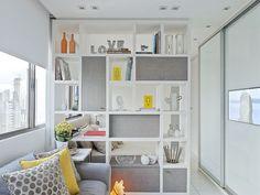 Sala de estar com estante transada - Santos e Santos Arquitetura