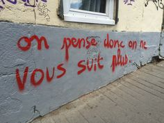 Ideas Wall Street Quotes Inspirational For 2019 Urban Poetry, Graffiti Quotes, Door Quotes, Street Quotes, French Quotes, Street Art Graffiti, Graffiti Artists, Diy Door, Land Art