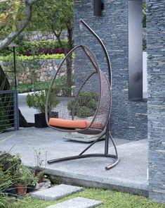 Está banca columpio es ideal para la decoración de los espacios en tu jardín.