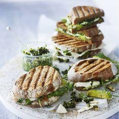 Boodschappen - Getoaste sandwich met avocado, feta en walnootpesto