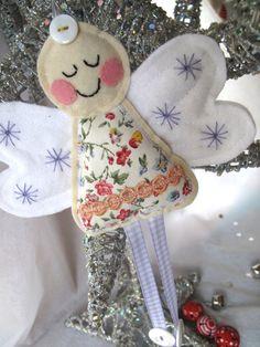 Kerstengel van stof, vilt, lint en knoopjes