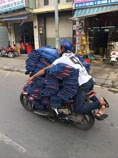 Just another day in Vietnam Funny Images, Funny Photos, Gatlinburg Tennessee, People Around The World, Funny People, Baby Car Seats, Vietnam, Transportation, Hilarious