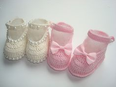kit contendo 2 sapatinhos de bebê feitos a mão de crochê.  1 na cor rosa.  1 na cor creme com detalhe em meia perola.  material;linha 100% algodão.  tamanho;8 cm de solinha para bebe de 0 a 2 meses,para outros tamanhos entre em contato.