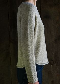 Dejlig hverdagssweater, tynd og let. Den har raglanærmer og biese-kanter, der strikkes med (kan udelades). Her er den i alpaca/uld/hør eller silke på pinde 3½.