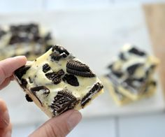 You won't be able to resist the combination of white chocolate and Oreos in this yummy three ingredient Cookies and Cream Fudge! Cookies And Cream Fudge, Oreo Cookies, Three Ingredient Cookies, No Bake Slices, Oreo Biscuits, Oreo Fudge, Fast Easy Meals, Square Cakes, Cookies Ingredients