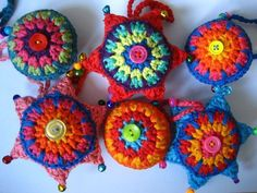 Cute little crochet Christmas ornaments-free crochet pattern Crochet Stars, Love Crochet, Crochet Motif, Diy Crochet, Crochet Crafts, Crochet Flowers, Crochet Patterns, Tutorial Crochet, Diy Tutorial