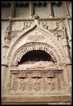 Sepulcro de Don Francisco Núñez, abad de Husillos. monumento funerario fechado en 1501, obra del escultor Alejo de Vahía. Se encuentra ubicado en la nave del evangelio. Sepulcher of Don Francisco Nunez, abbot of Husillos