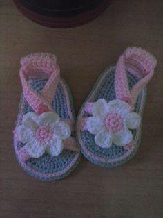 sandalia bebe realiada por http://www.facebook.com/pages/El-rincon-de-to%C3%B1y/575993199095597