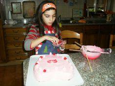 Elena prepara la torta.........