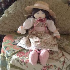 Bambola con viso ricamato