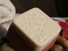 """Meine Reiseseife """"Haut und Haar"""" Aus Kokos, Olive, Kakaobutter, Reiskeimöl, Distelöl und Erdnuß Öl entstand diese praktische Schönheit.  Haarseife mit zusätzlich Lanolin , die dunkle Schicht ist Körperseife,  mit einer Extra Portion Olivenöl. Für die Haare Rosmarin und Minze als Duft, für den Körper ein frischer Duft: clean type like D lish clean. Wie ein Haufen frisch gewaschene Wäsche."""