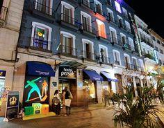 El Hostal Persal, en la Plaza del Ángel redecoró su fachada con Bruguer... La artista: Cuca García Lorente.