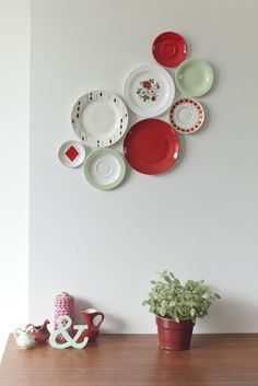 Hello, I'm Hanne from Belgium and this is my upcycling project : Talloor (Dutch for plate). I collect plates and sell them as decoration for your wall. Plate Wall Decor, Plates On Wall, Flea Market Decorating, Decorating Your Home, Decor Crafts, Diy Home Decor, Red Plates, White Plates, Hanging Plates