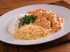 Esta receita de strogonoff de frango simples é muito fácil de fazer e é ótima para almoço ou jantar em qualquer dia. Sirva junto com um arroz branco e batata palha e sua refeição está pronta!