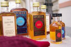 Salzburger Heimatwerk: Er hat Kultcharakter der Punsch vom Sporer: das Must Have aus Salzburg! Whiskey Bottle, Vodka Bottle, Orange, Drinks, Food, Punch, Schnapps, Vinegar, Drinking