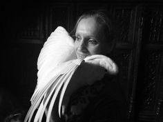 Hélène de Vallombreuse et un de ses perroquets