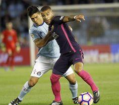 El jugador del FC Barcelona Rafinha (d) protege el balón ante Pablo Hernández, del Celta, durante el partido.