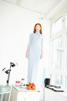 Kleid: Trang Nguyen, Negligee Jumpsuit: Asos, Weste: Nike Tech Hypermesh, Sneaker: Nike Air Presto Ultra Flyknit