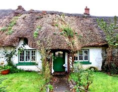 https://flic.kr/p/kc46Nz | Ireland, Co. Limerick – Adare, Cottage with tumbledown thatched roof | on the Main Road in Adare, Co. Limerick, Ireland